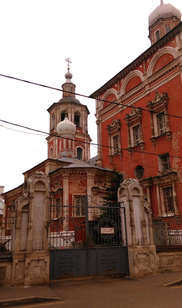 В 1737 году здание храма пострадало от пожара. Очевидно, что во время восстановительных работ была построена сохранившаяся до настоящего времени ярусная колокольня. Своей формой и декором она аналогична колокольне храма Рождества Иоанна Предтечи на Варварке, построенной в 1741 году и некоторым другим постройкам этого периода. Очередная реконструкция храма проводилась в 1815 году. Для увеличения освещённости в четвериках приделов были прорублены дополнительные полукруглые окна. По проекту П.М. Казакова были сделаны новые иконостасы. Реконструкция продолжилась в 1837 году, когда был значительно расширен придел Лонгина Сотника. В это же время внутри трапезной два тяжёлых четырёхугольных столба были искусно переделаны каждый в четыре круглые колонны с просветом между ними. Также была переложена северная часть западного свода трапезной и проведены некоторые другие работы.