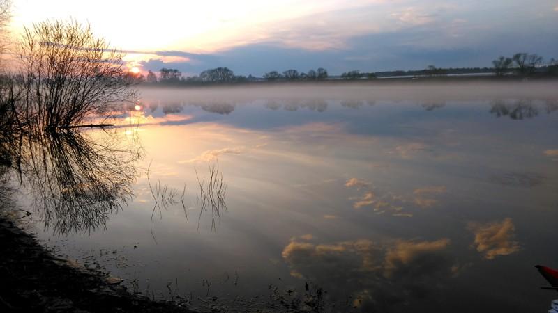 """Возвращаемся к реке. Закат, туман и облака в водной глади Оки. Фантастика! Отчаливаем и плывем сквозь сгустившийся еще больше туман. """"Ежики в тумане"""" - произносит кто-то из нас..."""