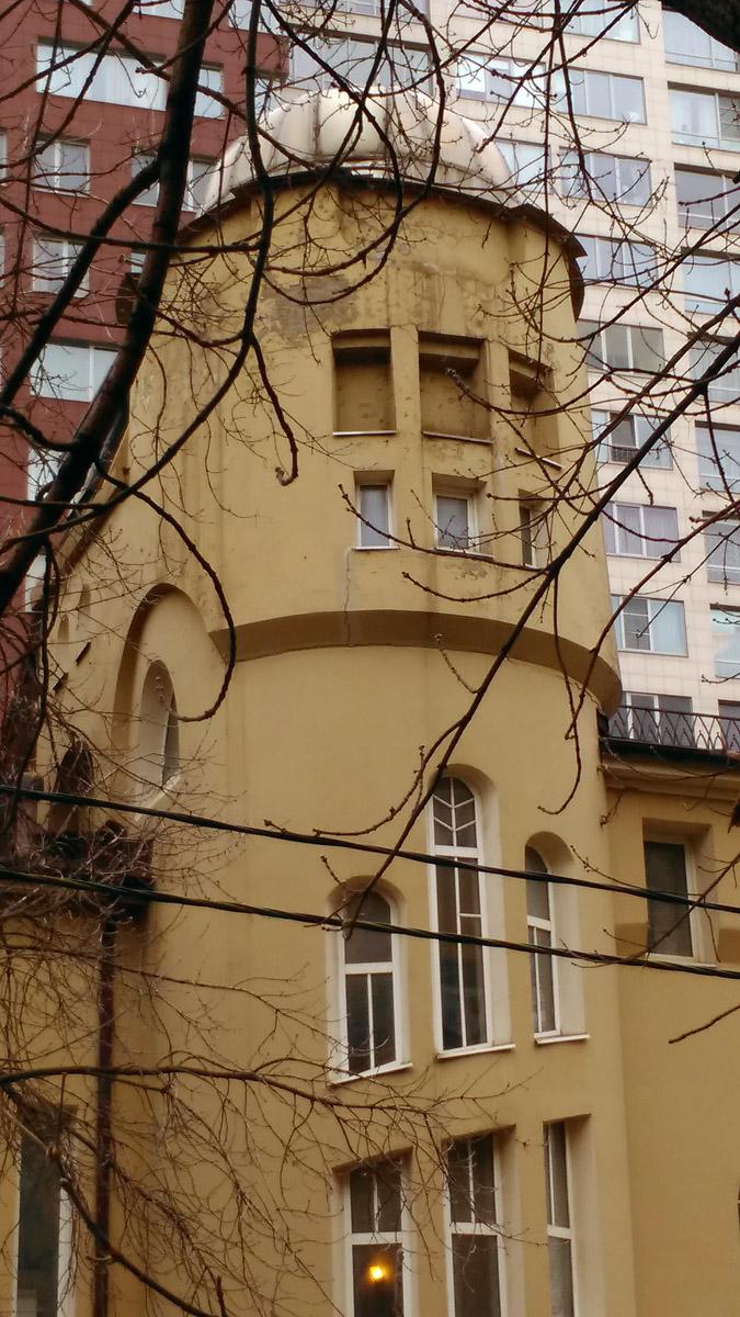 Летом здание заслоняет листва...
