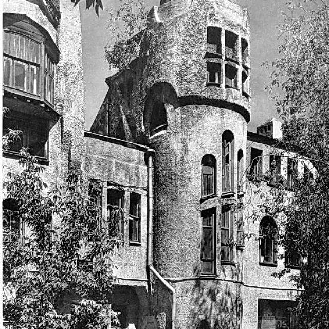 """Историческое фото, хорошо видно """"шубу"""" и деревянные рамы окон."""