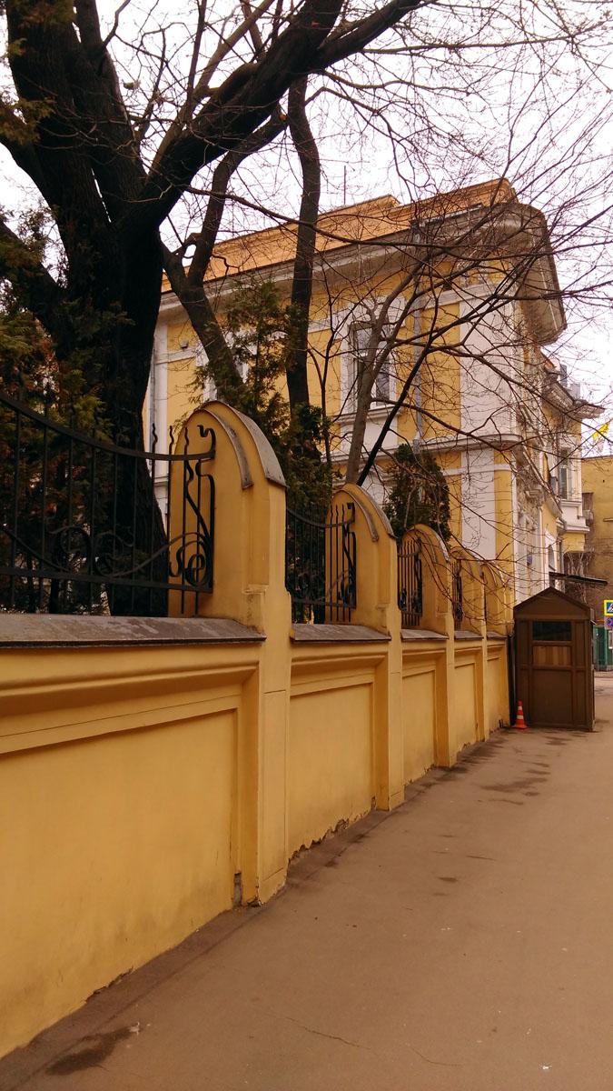 Ограда украшена кованной решеткой.