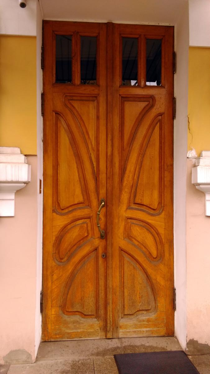 Как и на воротах ограды, на двери особняка угадывается силуэт бабочки