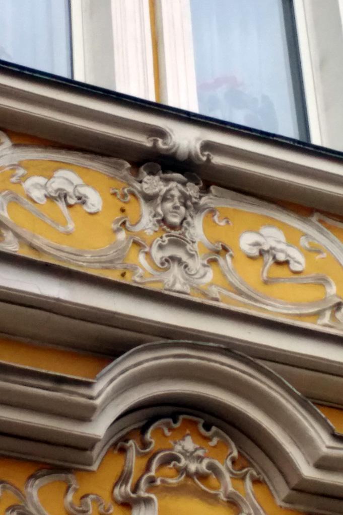 Цветочные орнаменты и Лорелия под окнами второго этажа.