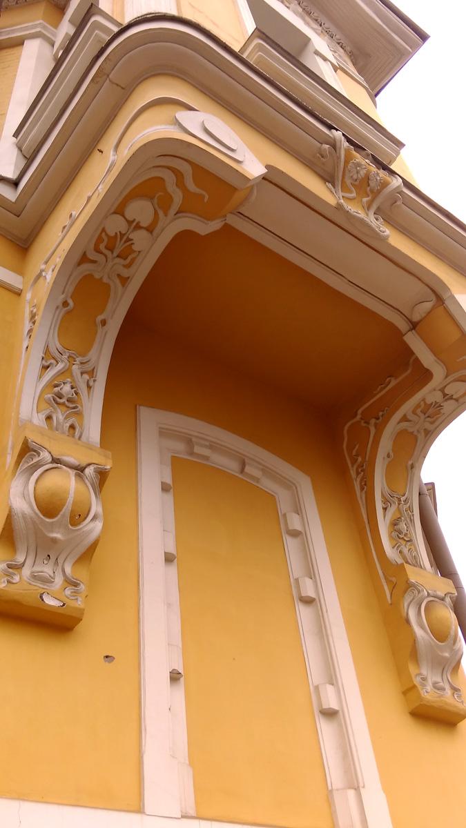 Эркер также богато украшен лепниной