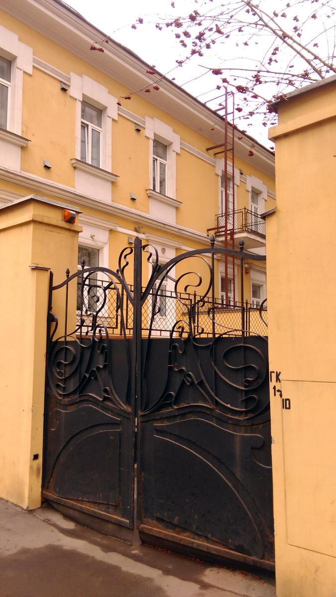 А вот со стороны двора фасады гораздо проще, в том числе балкон.