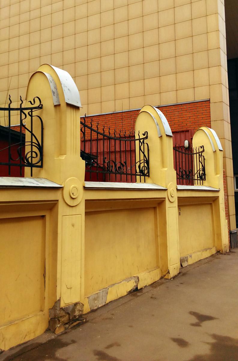 Ворота и ограда со стороны Тихвинская улицы такие же как и с Вадковского переулка, а вот, калитки нет.