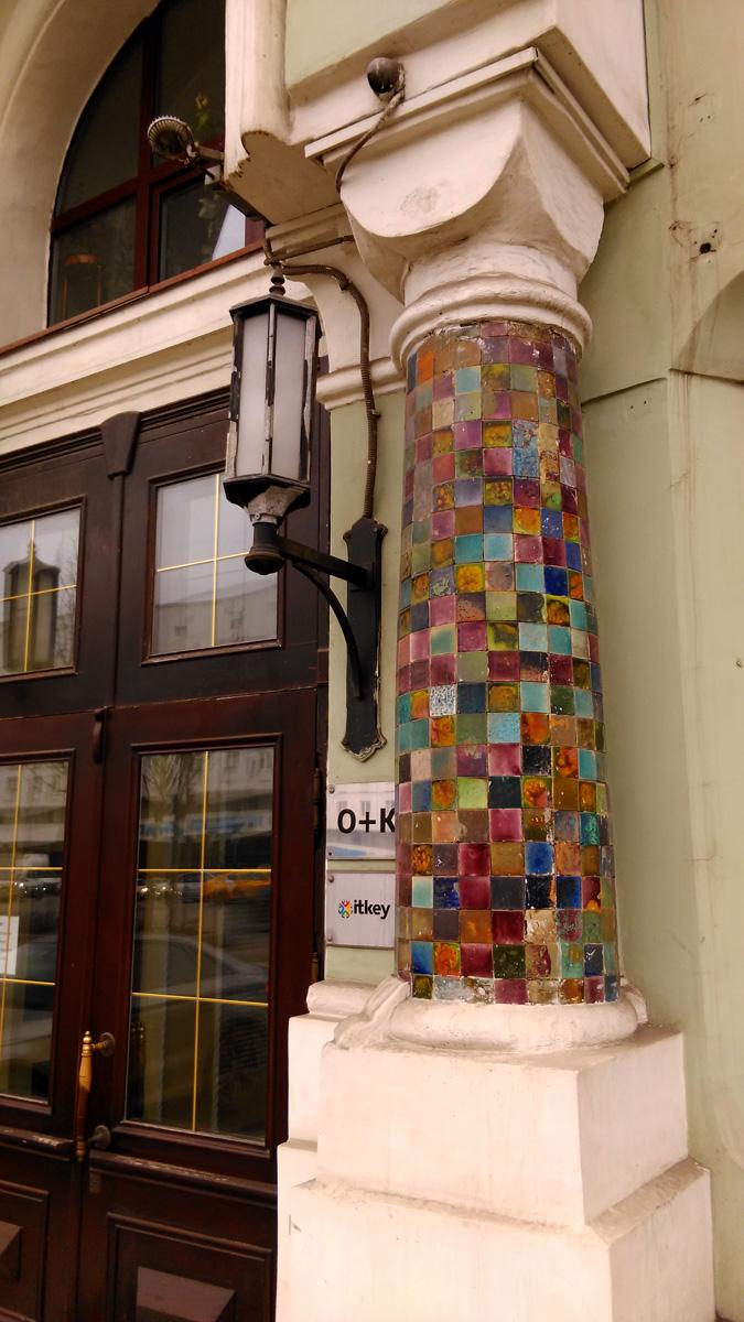 Колонны украшены разноцветной плиткой.