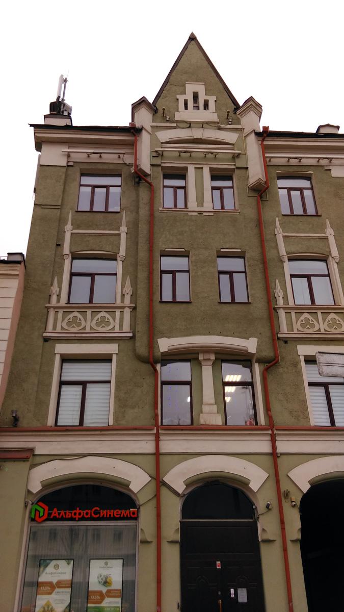 Узоры на стенах в готическом стиле. Здание четырехэтажное, но выглядит высоким.