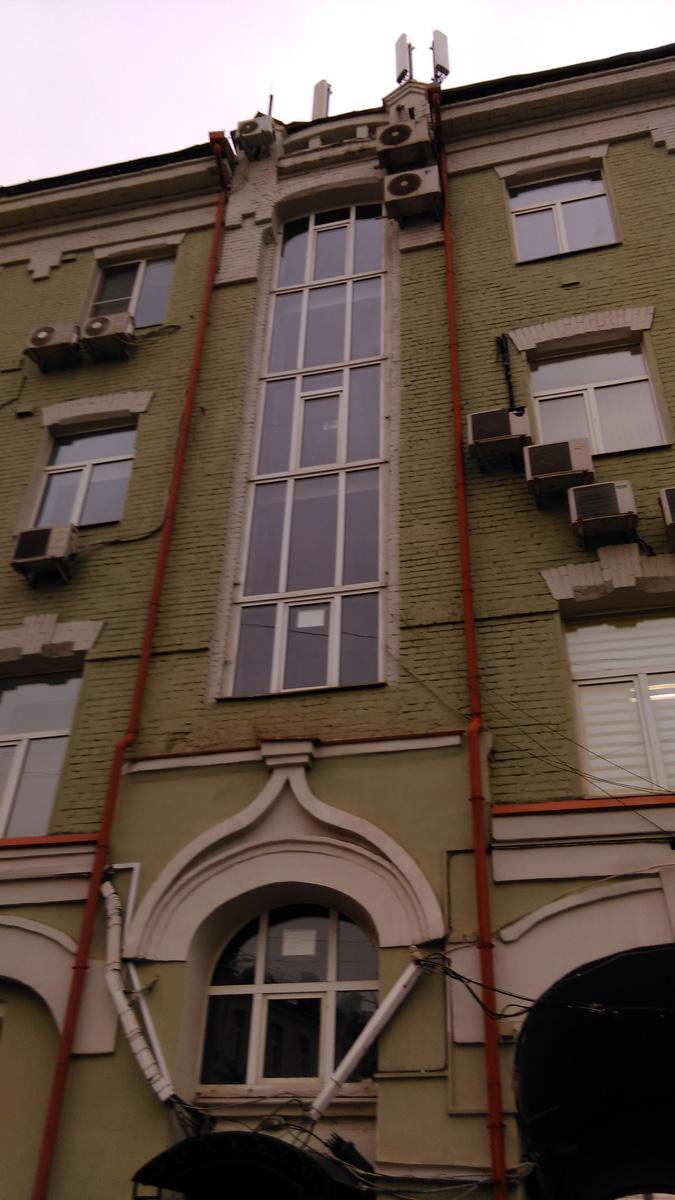 В том числе, здесь так же есть большое высокое окно.