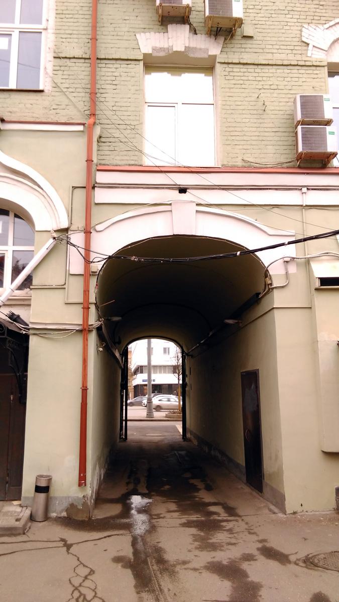 Сквозная арка для проезда машин...