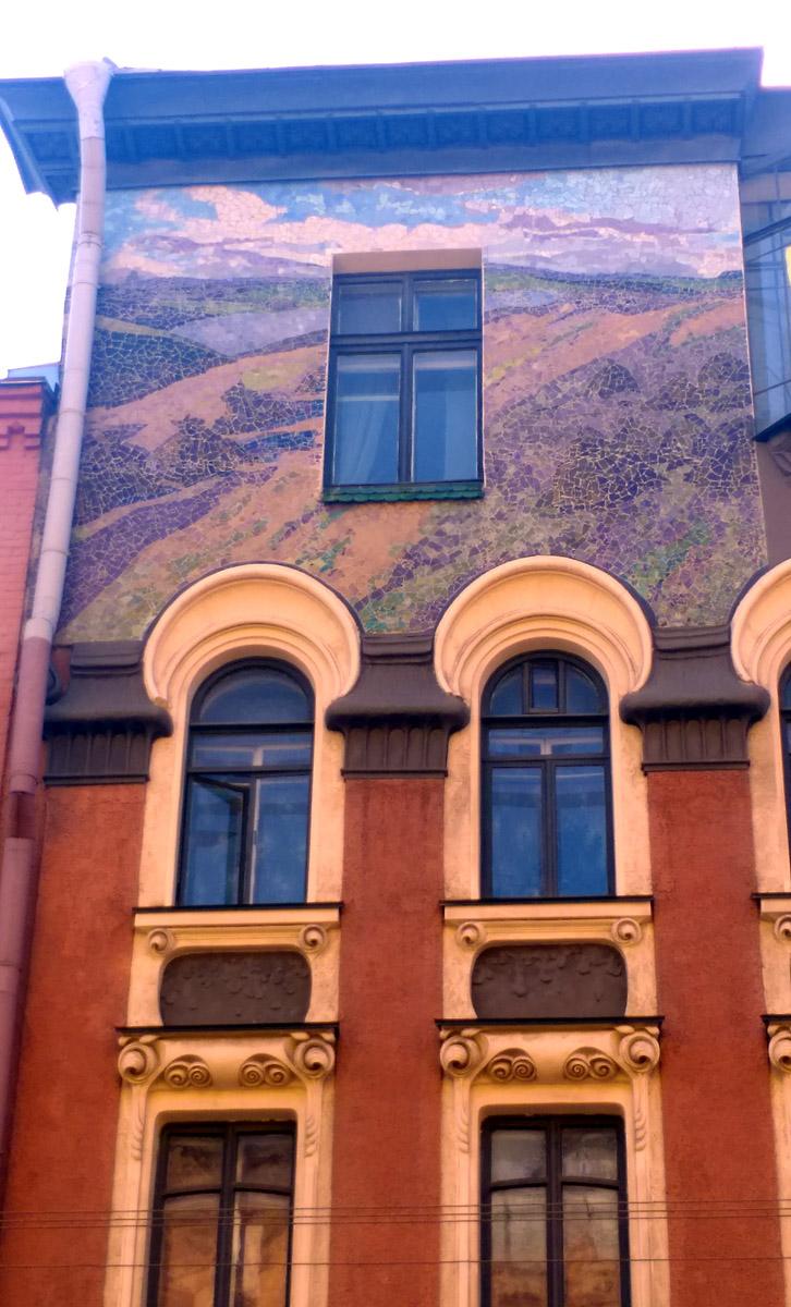 Максимально простое и неброское окно верхнего этажа, не отвлекающее от созерцания мозаики фриза