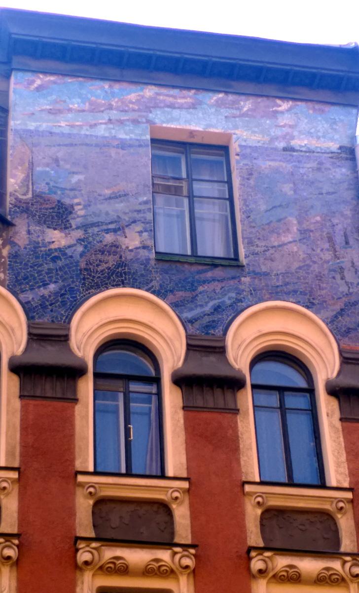 Чем ниже окна, тем сложнее и интереснее их оформление...