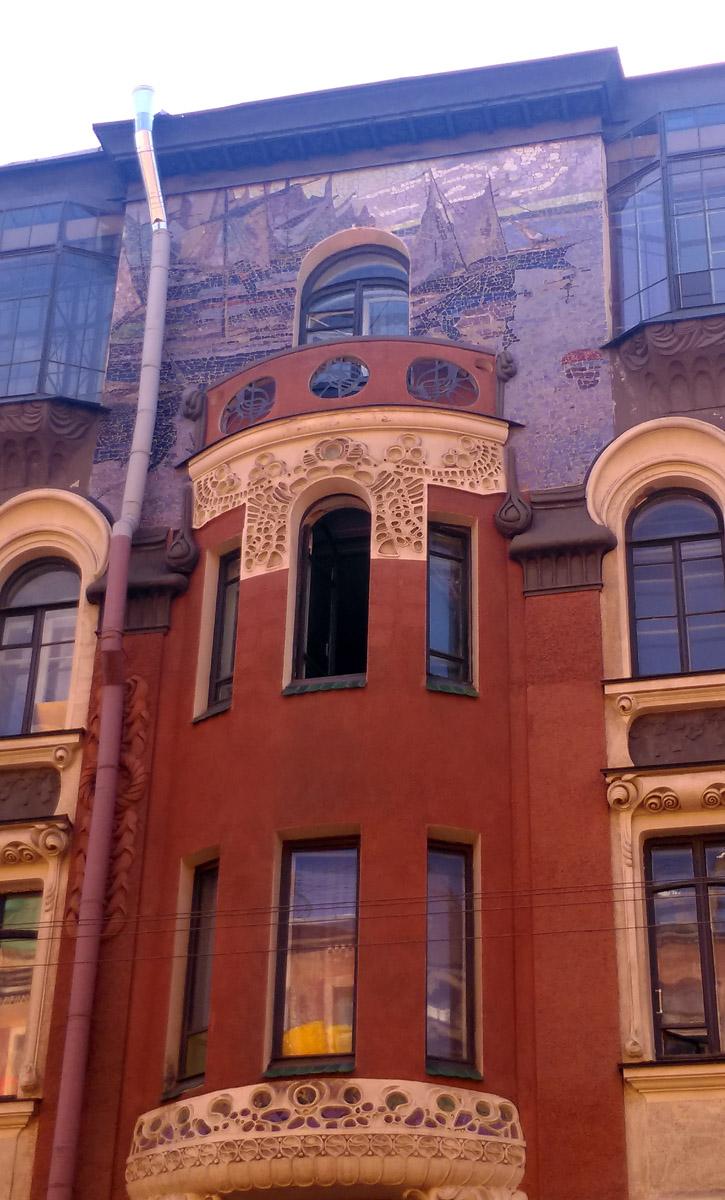Парусники и балкон на полукруглом эркере.