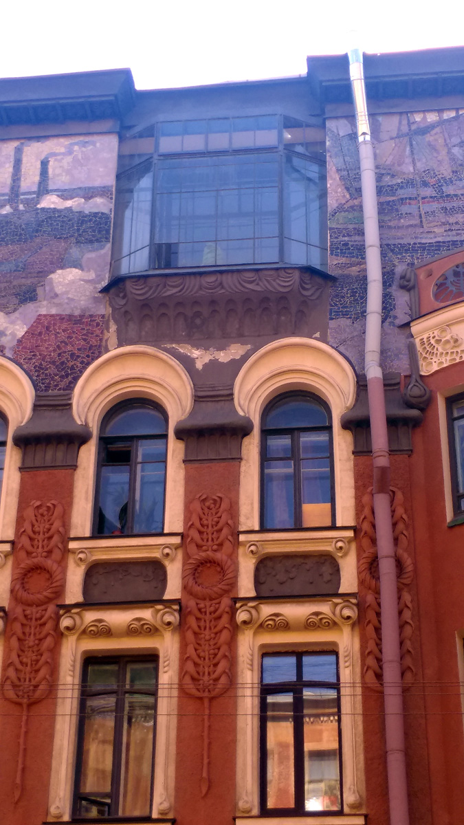 Причудливые узоры лепнины стен и обрамления окон.