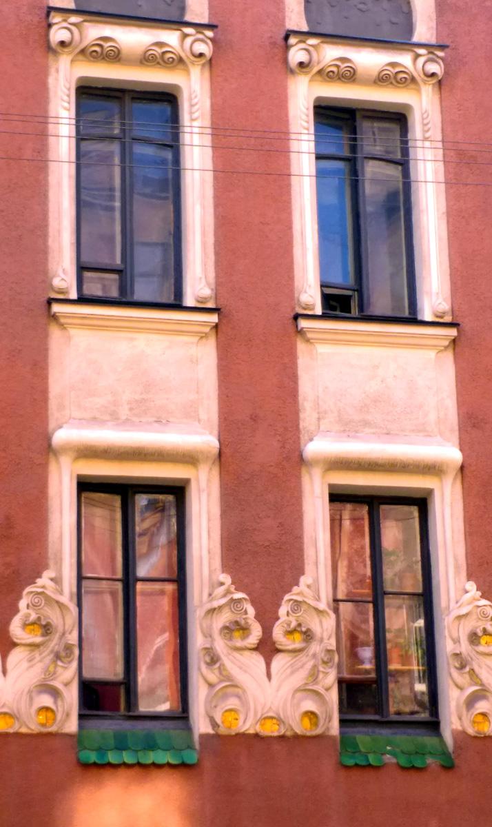 Как я писал ранее, чем ниже окна, тем сложнее и причудливее их оформление