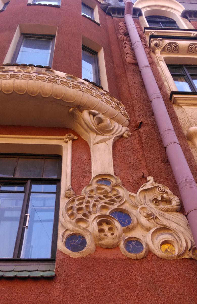 Если мозаичный фриз мне напомнил Метрополь, то глядя на эти причудливые узоры я вспомнил про Гауди...
