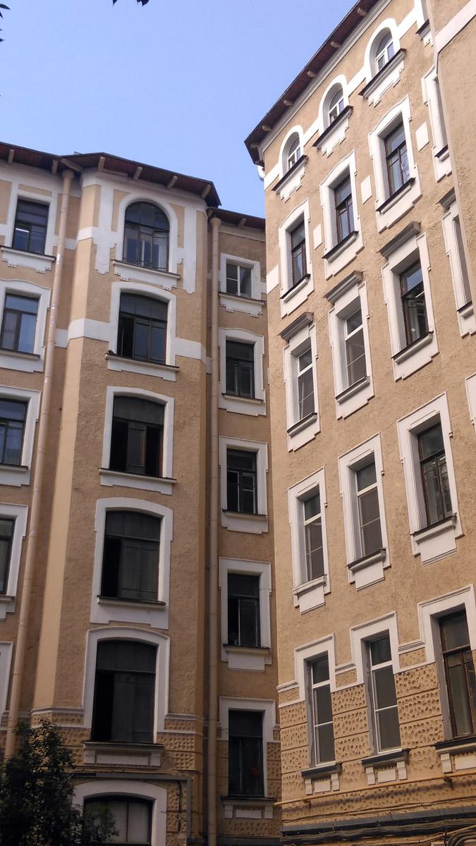 Если парадный фасад пятиэтажный, то внутренний шесть этажей.
