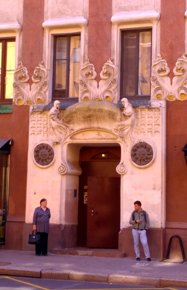 Вход в центральную парадную... Увы, историческая дверь заменена на страшную железную. Но ее обрамление волшебно...