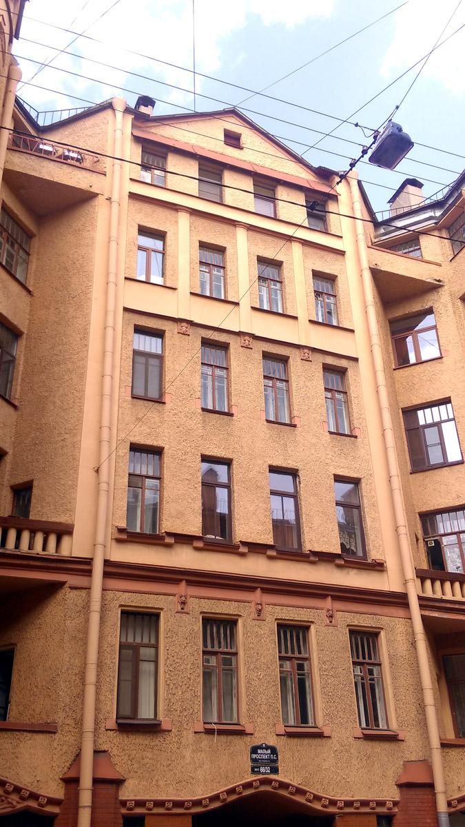 Фасад в глубине двора-курдонера. Обратите внимание на балконы в треугольных углублениях по бокам фасада.