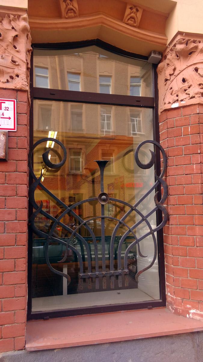 Красивая оконная решетка. Пимпочка в ее центре напомнила мне аналогичный элемент в ограде Особняка М. Ф. Кшесинской