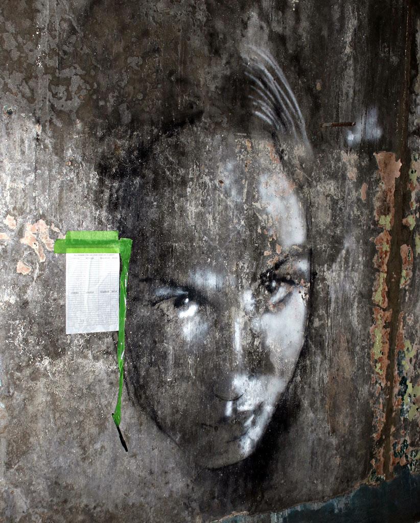 Очень живой портрет девушки в одном из бывших служебных помещений лагеря. Заглавное фото статьи с внешней стены этого здания.