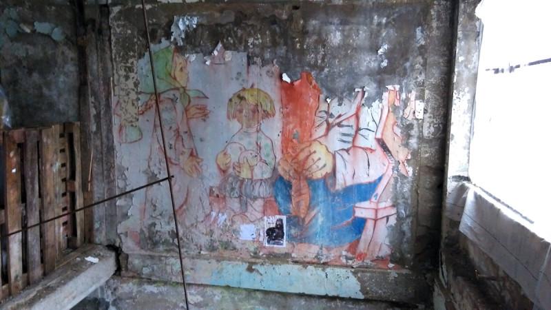 Это, конечно, не стрит арт. Эта роспись еще со времен, когда пионерский лагерь еще работал.