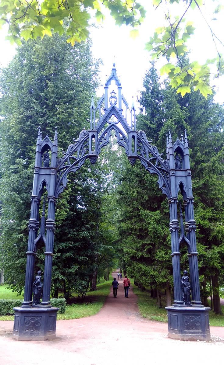 Готические ворота, отлитые в Екатеринбурге в 1777–1778 годах по проекту Ю. М. Фельтена.  Рисунок ворот был заимствован архитектором из английского альбома «Gothic Decorative Architecture»