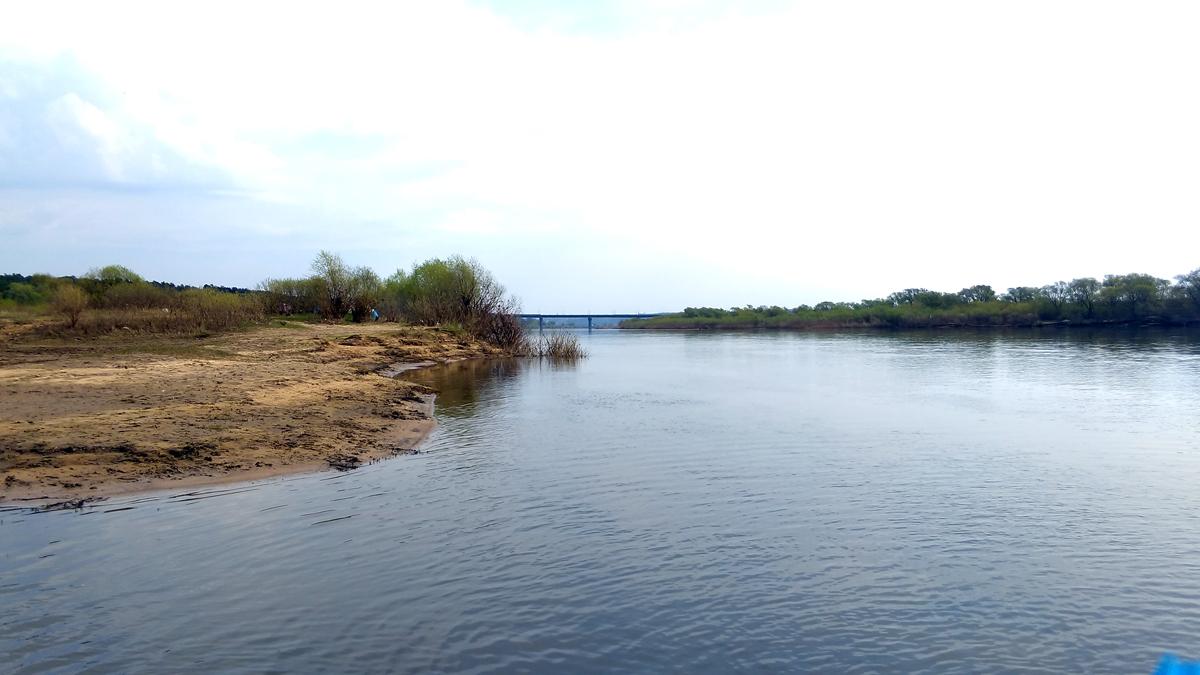 Отчалили. Слева нас приютивший остров, впереди Мост по которому проходит трасса М-4 Дон.