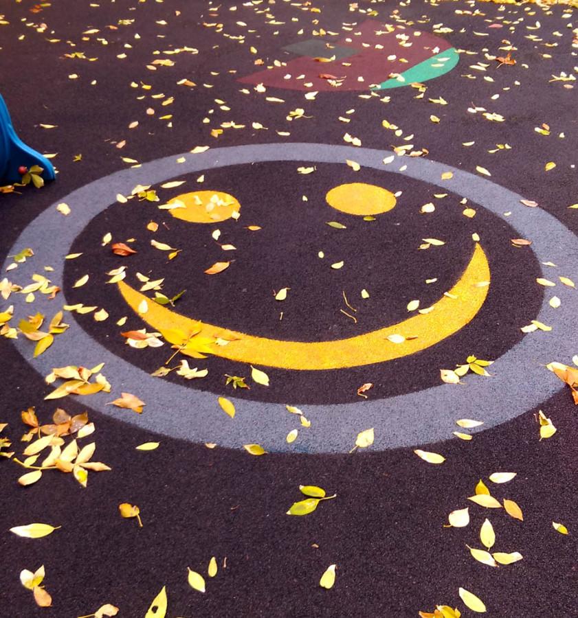 Смайлик на детской площадке в одном из московских двориков...