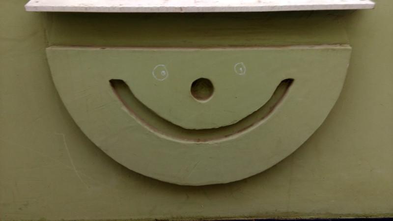 А этот смайлик существует более ста лет, но глаза ему открыли только сейчас. Он находится на Доходном доме Московского торгово-строительного акционерного общества по адресу Москва, Мясницкий пр., 4/3 строение 1