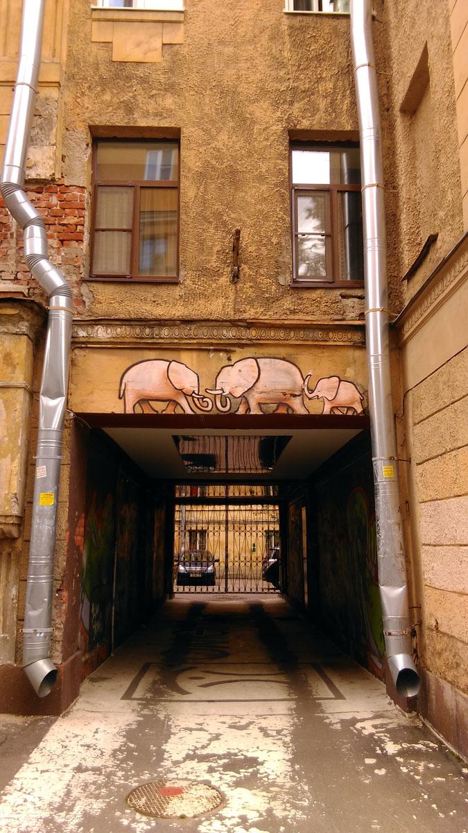 Начал с Ленинграда, им и завершу пост. Слоники на одном из зданий Петроградского острова...