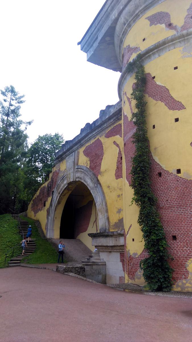 От Башни перекинута огромная каменная арка, продолжением которой служит искусственная насыпь-пандус, по краям которой в 1784 году были посажены деревья.
