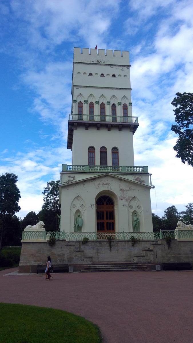 Высота башни - донжона (главной башни средневекового замка) 37,8 метра. Стены постройки окрасили в белый цвет, отчего она и получила свое название.