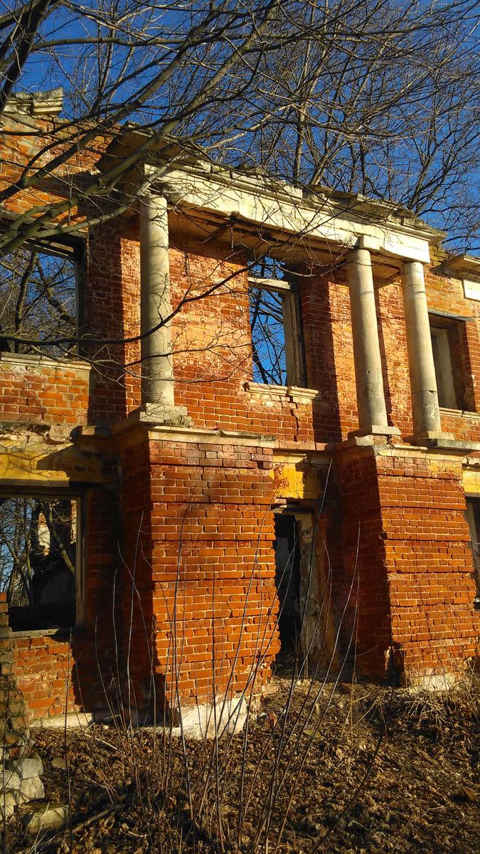 Флигель не изменился... Да, и чему тут меняться... руины, есть руины...