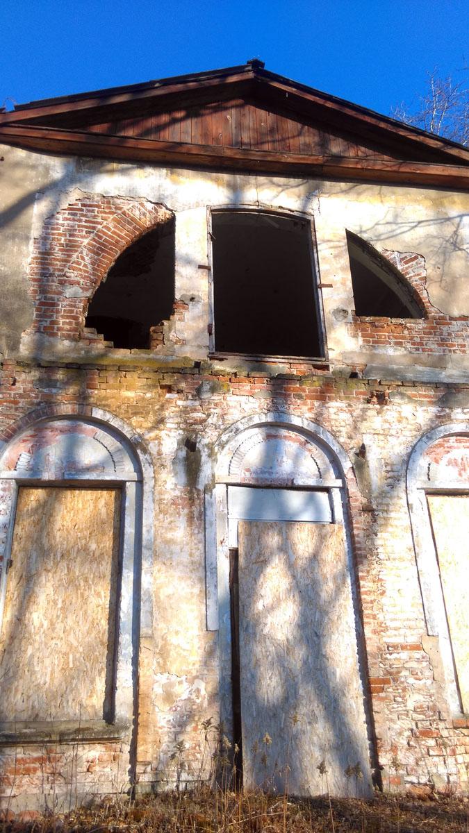 У главного дома продолжают выламывать оставшиеся листы ОСП, которыми забиты окна и двери...