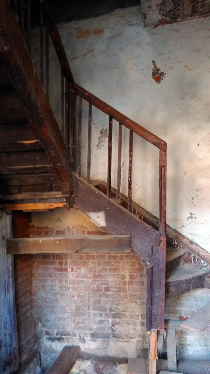 На удивление, лестница до сих пор цела и даже не скрипит...