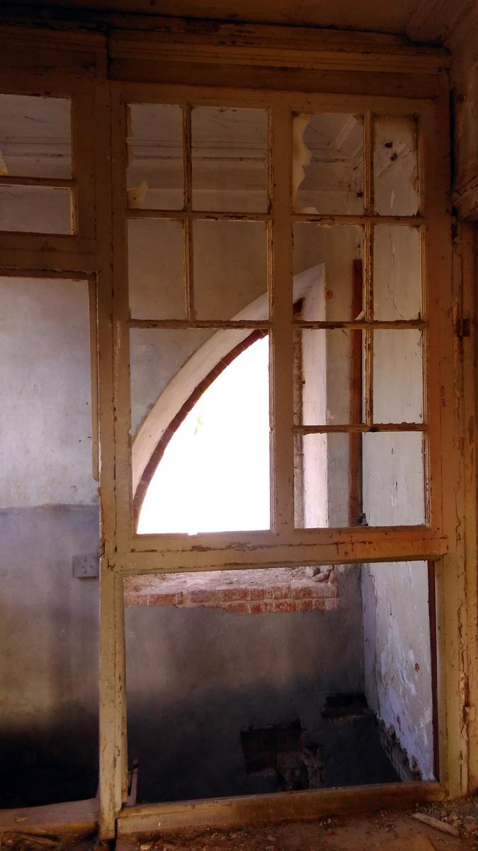 Рамы стеклянной перегородки лестницы.