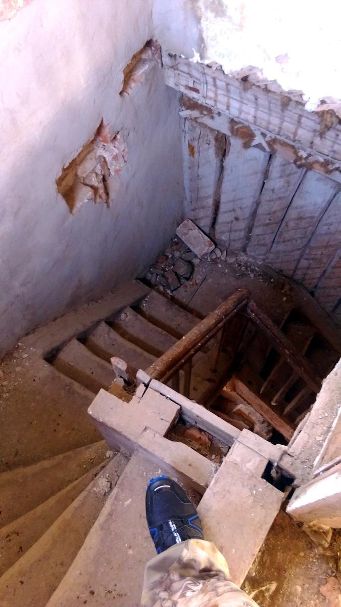"""Опять делаю """"классическое"""" фото с ногой на лестнице. Подглядел у кого-то, теперь тоже так фоткаю))"""