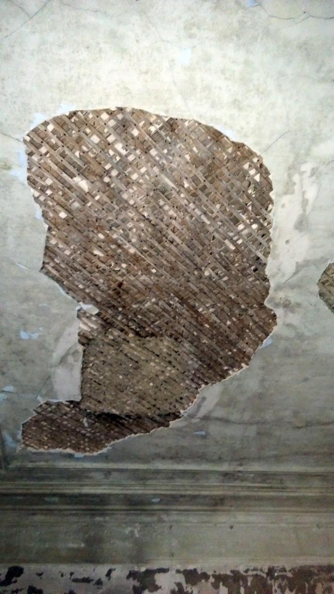 Штукатурка потолка отваливается
