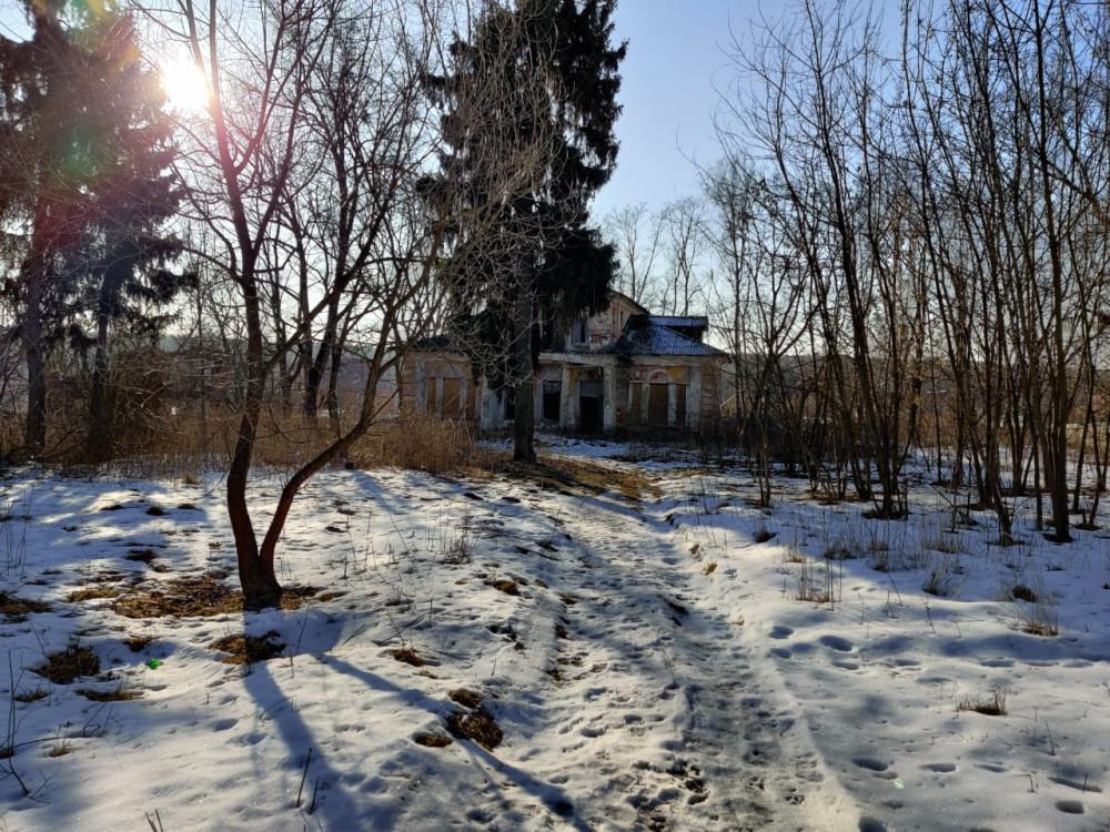 В завершение, фото главного дома из запущенного сада усадьбы....