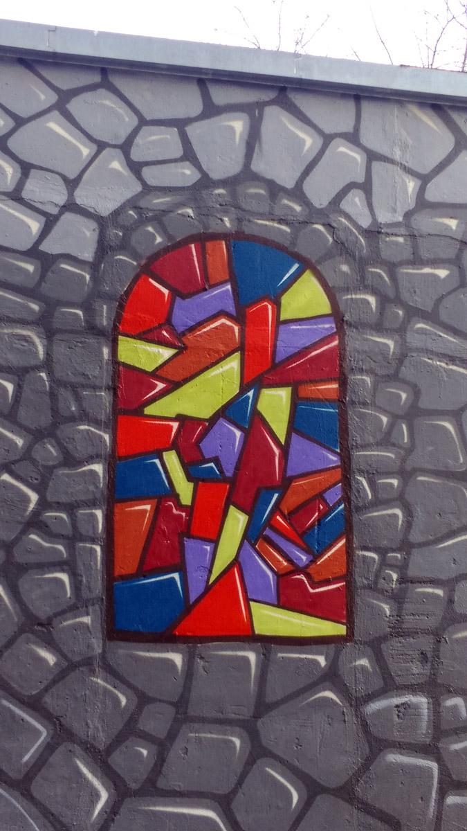 """С двух прилегающих  сторон, просто """"каменные"""" стены с """"витражными окнами"""""""