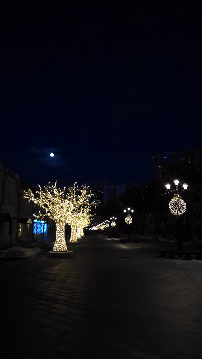 Вечер на Школьной улице и огромная луна в небе...