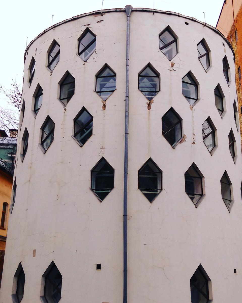 А это уже Авангард. Москва, Кривоарбатский пер., 10. Дом-мастерская Константина Мельникова, построен в 1927-1929 гг.