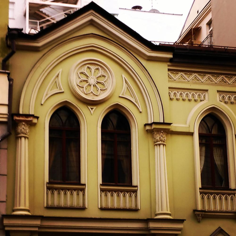 Москва, Поварская ул., 28 строение 3. Маленький двухэтажный дом в готическом стиле. Бывший дом О. В. Козловской. Построен в 1884 году, архитектор К. И. Андреев.