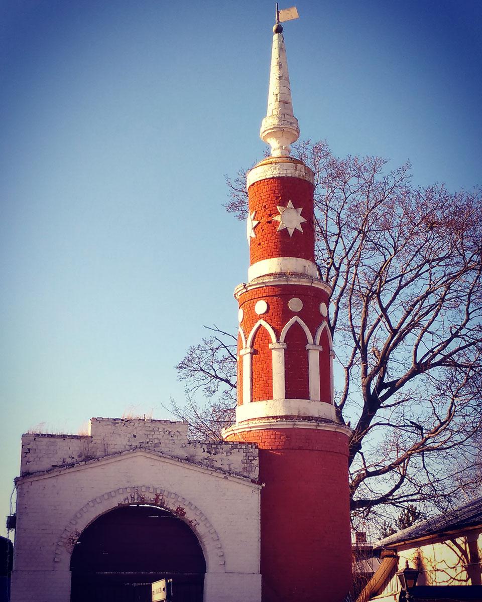Падающая башня Коломенского Успенского Брусенского женского монастыря. Реставраторам удалось остановить падение башни, которая еще 100 лет назад начала отклоняться от вертикали, за что в народе получила название «Пизанская». Угол наклона на момент реставрации составлял шесть градусов.
