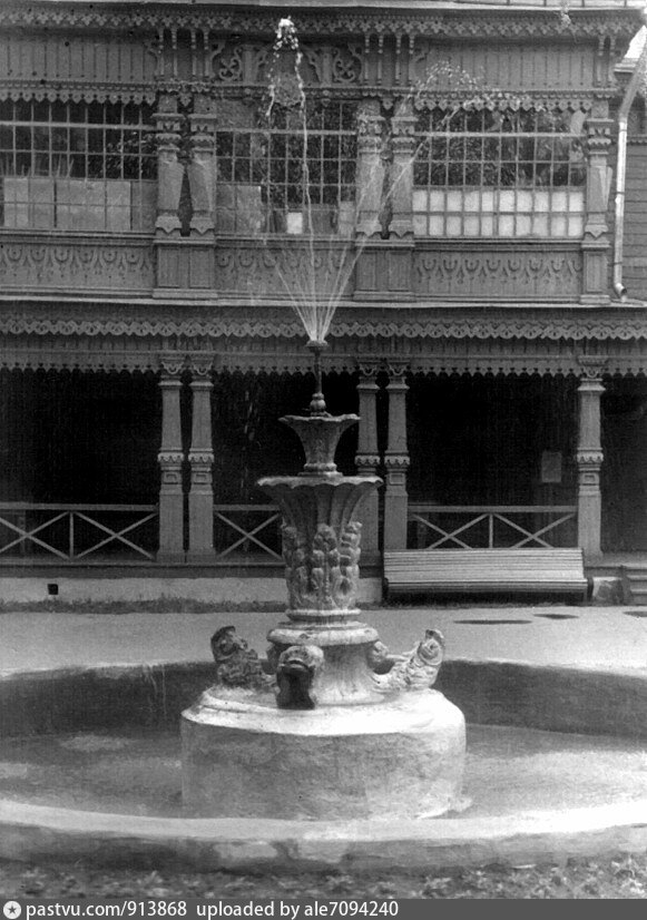 Второй вариант фонтана. Пятидесятые годы прошлого века. Так же видно, что ограждение первого этажа клуба заменили на упрощенное, а веранду второго этажа застеклили.