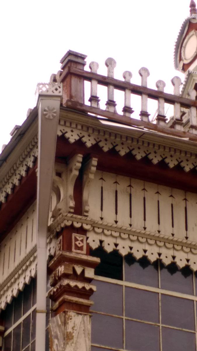 Деревянный заборчик-ограждение крыши и новые дождевые трубы. Трубы не полностью соответствуют оригинальным, но гораздо интереснее стандартных.