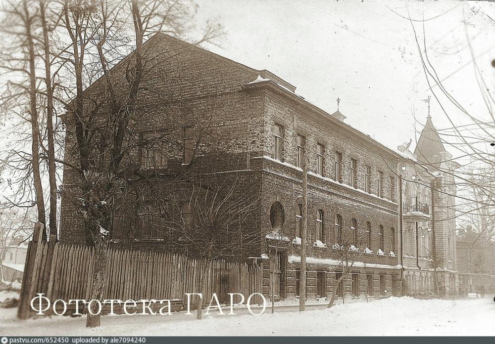 В 1950-е году к особняку было добавлено левое крыло, сильно уступающее в декоре правой части здания.