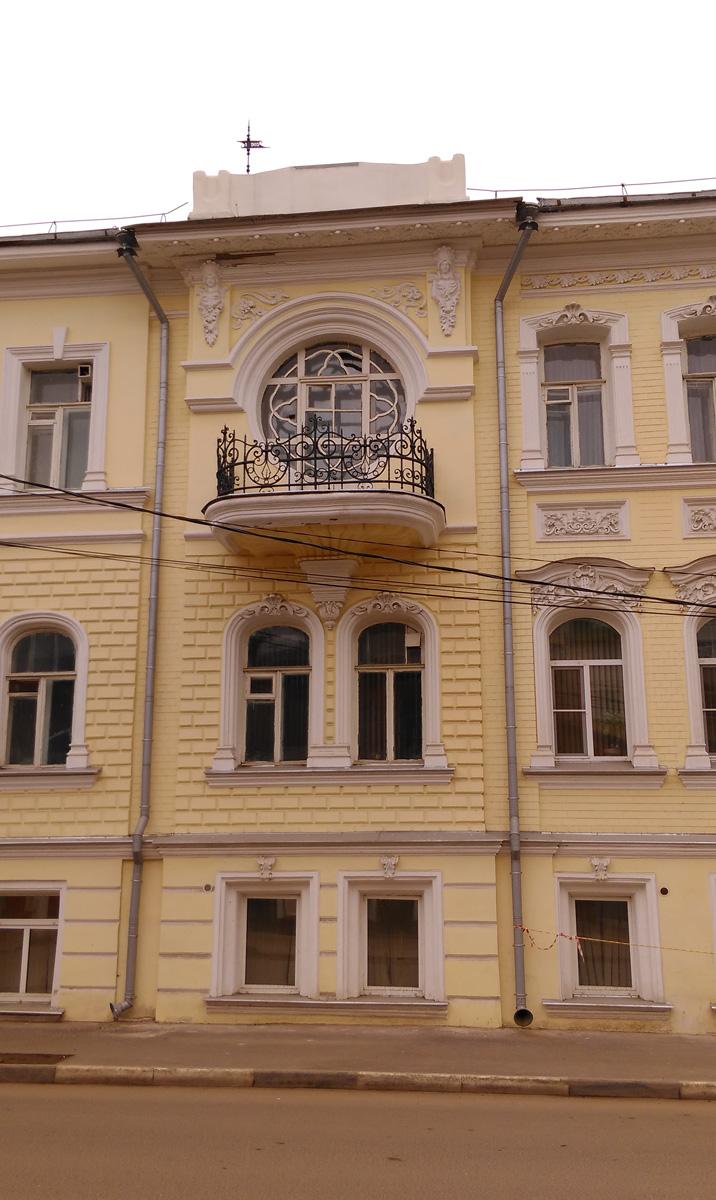 Но вернемся к основному зданию. Фасад украшает балкон с ажурной чугунной оградой.