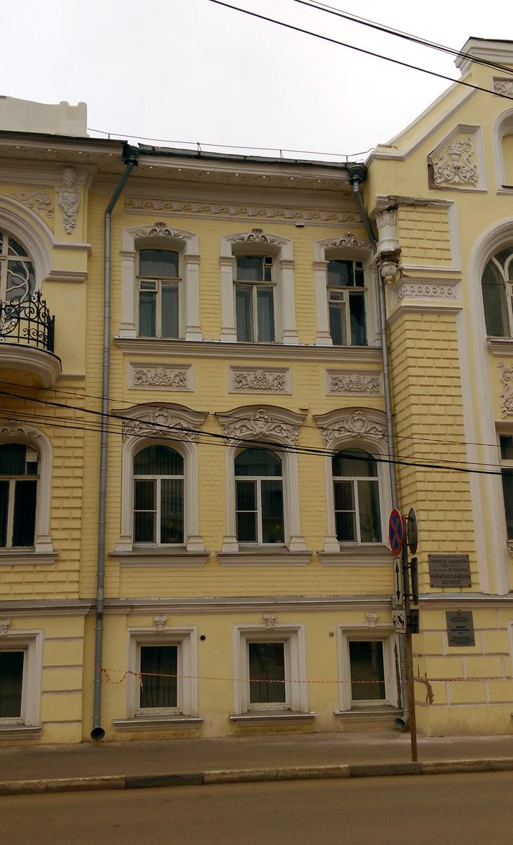 В узорах над окнами второго этажа вензель «PL» – Павел Лебедев.